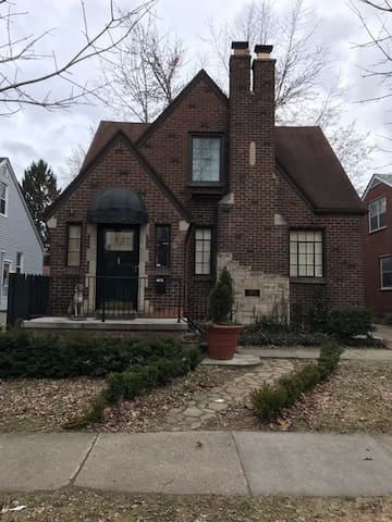 """""""Mad Men"""" style upper flat in a 1930's Tudor - Dearborn - Hus"""