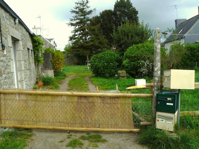 Petite maison en pierre avec jardin - Pont-l'Abbé - Haus