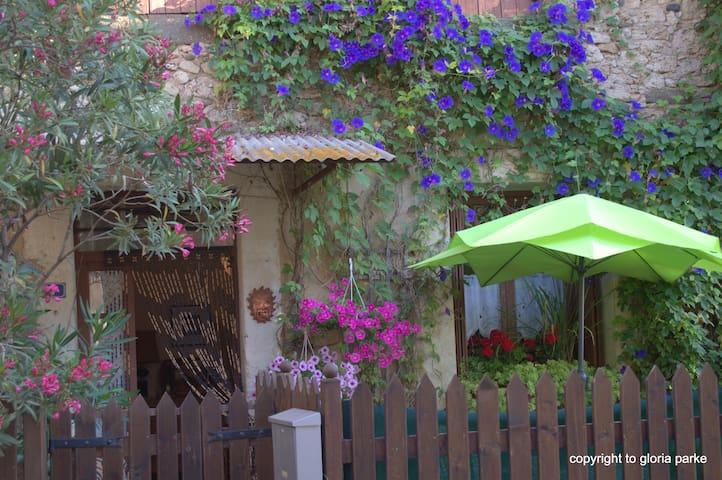 Rose Cottage. Sun, calm, and WiFi - Aspiran - Huis