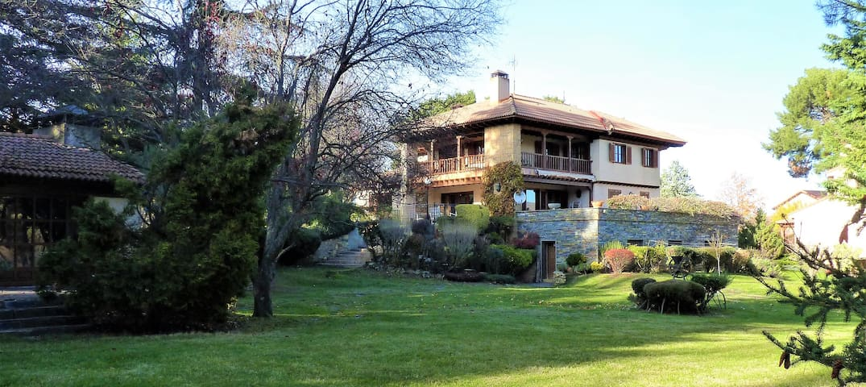 Splendid villa with large garden and tennis court - Riaza - Hytte (i sveitsisk stil)