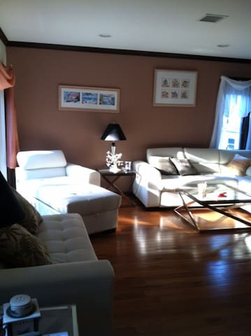 Only 13mi to NYC, without the cost! - Paramus - Departamento