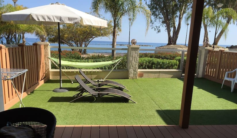 Beachfront ground floor apartment, private yard - Limassol - Apartemen