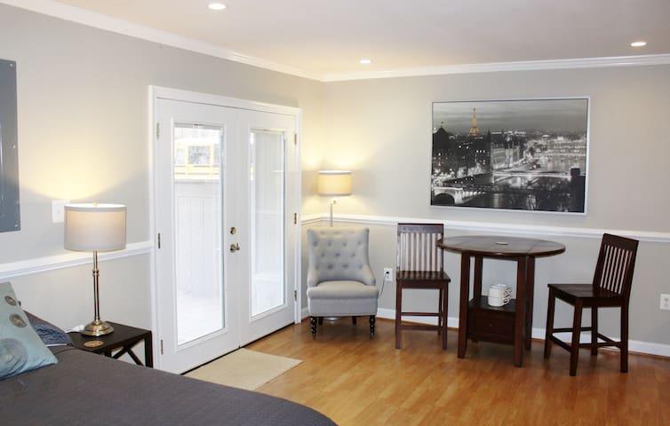 Very large room on Private floor - Explore DC! - Woodbridge