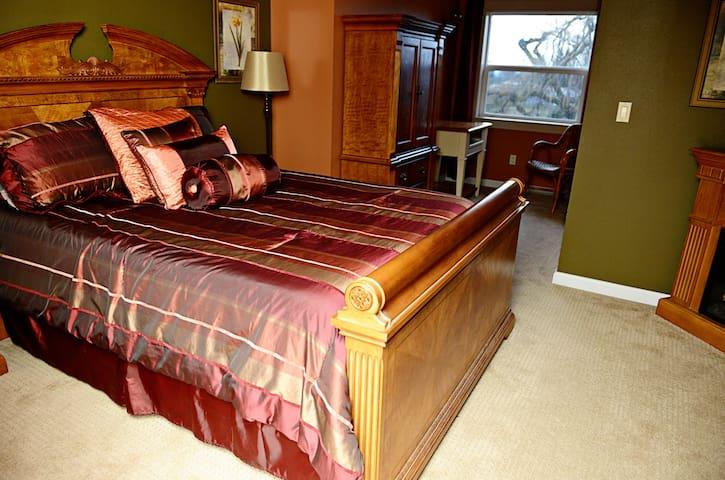 Autumn Suite-Grand Willow Inn - Mount Vernon