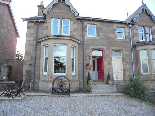 Perth Villa Near Town Centre, Golf - Perth