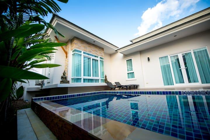 Modern & Luxurious Pool Villa - Sattahip - Hus