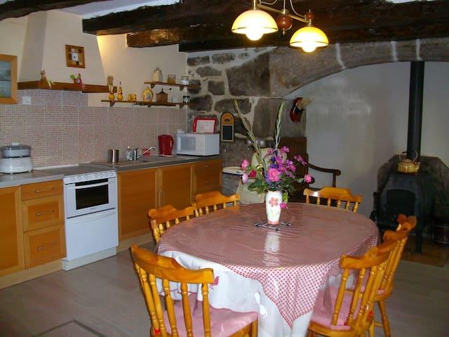 Maison traditionnelle dans hameau. - Saint-Symphorien-de-Thénières - Ev