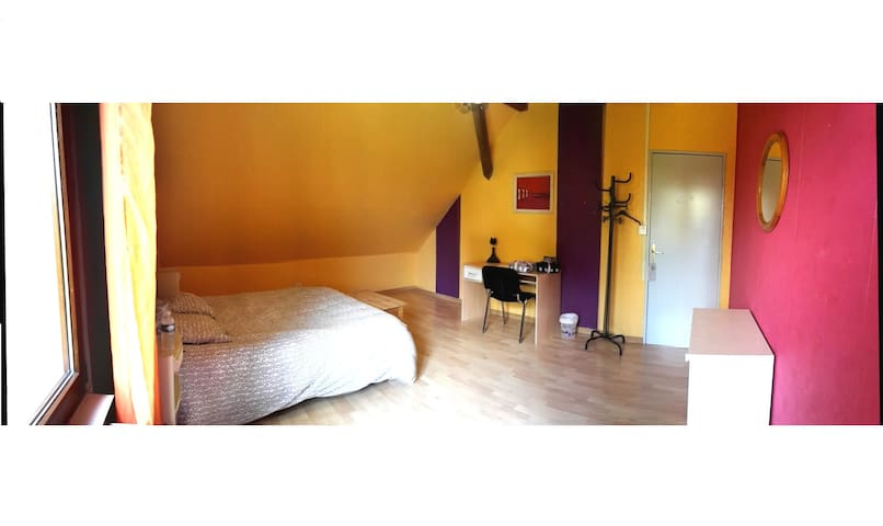 Private and sunny room - Wittelsheim - Huis