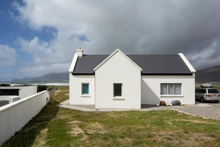 Designer cottage by the beach, Wild Atlantic Way - Keel - Ev