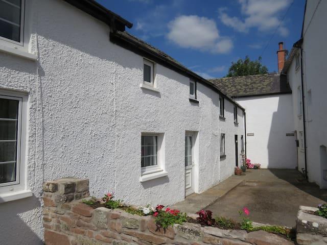 Pretty riverside cottage, Llangynidr, Crickhowell - Llangynidr - Rumah