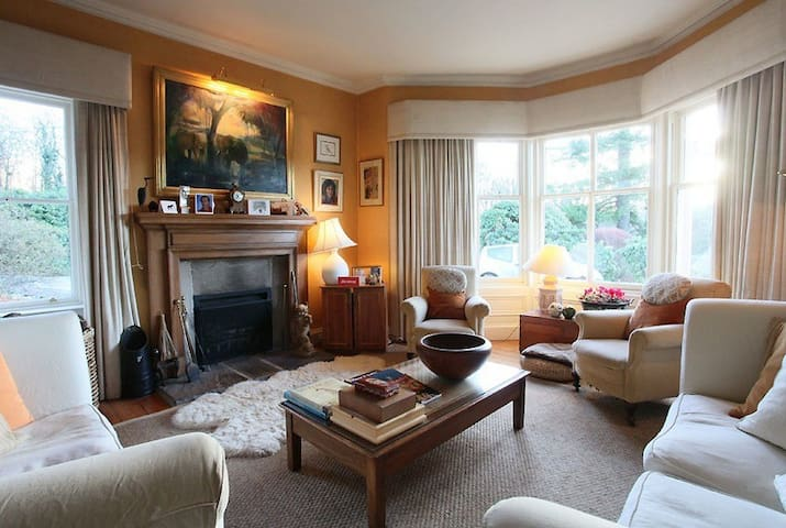 Finglen Country House Red Room - Campsie Glen