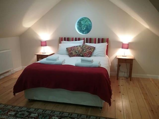 Spacious room, ensuite, breakfast, close to Uni - Bath - Huis