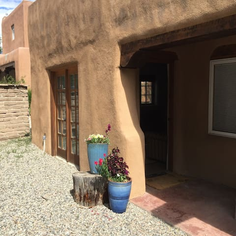 Beautiful Downtown Casita~Quiet St - Taos - Leilighet