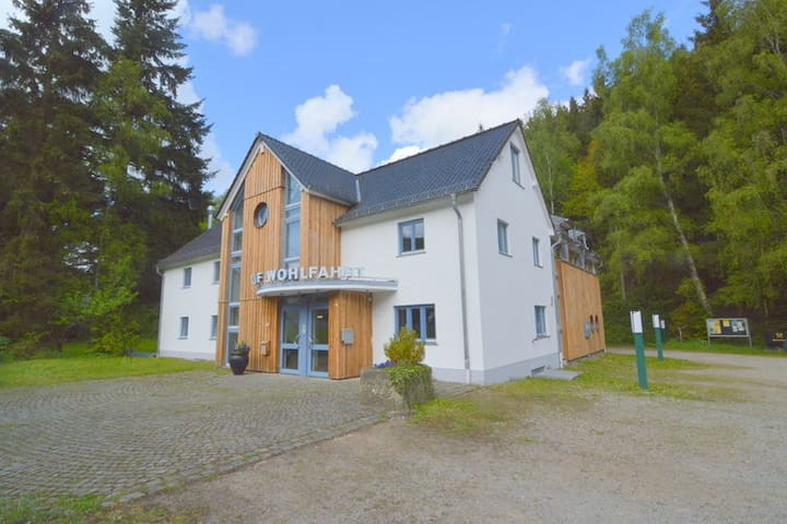 group house with en-suite bedrooms for 22 persons - Hellenthal - Hus