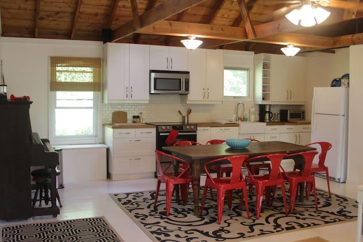 Family-friendly Cottage off Lake - Stockbridge - House