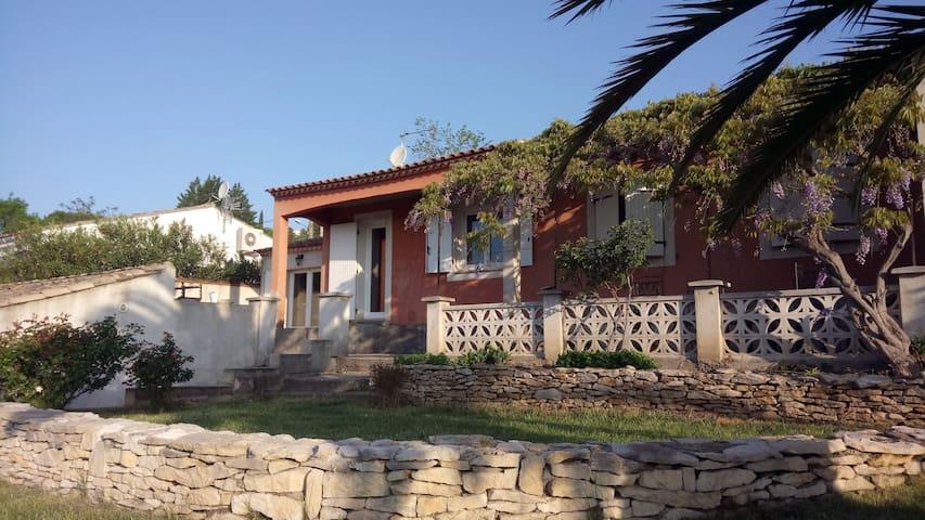 Charmante villa terrasse ombragée - Montfrin - Casa
