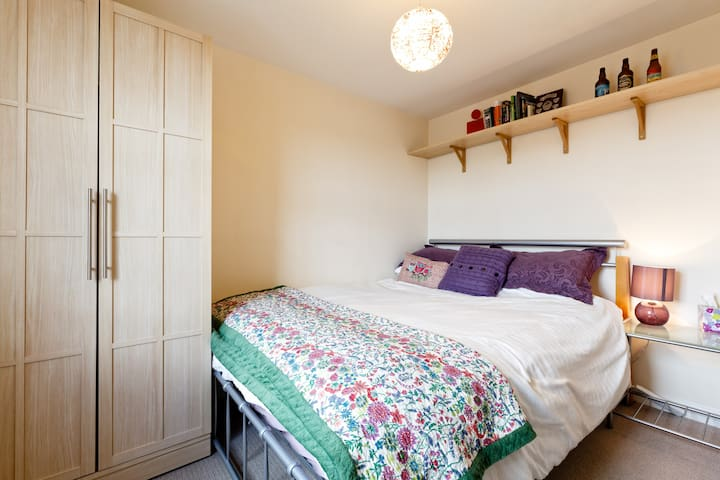Lovely room in convenient location - Swindon