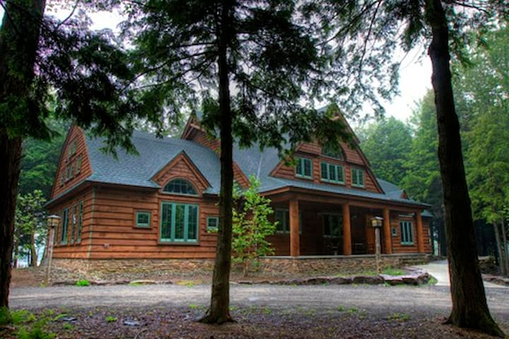 4100 sf Cabin on 15 acre private lake - Thompson - Huis