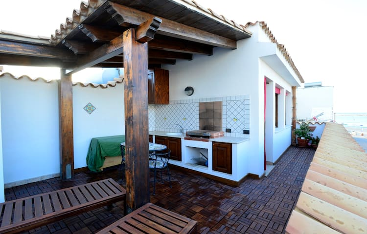 Casa Sole - Terrace-Solarium 30mt from the Beach - サンビートロカーポ - 一軒家
