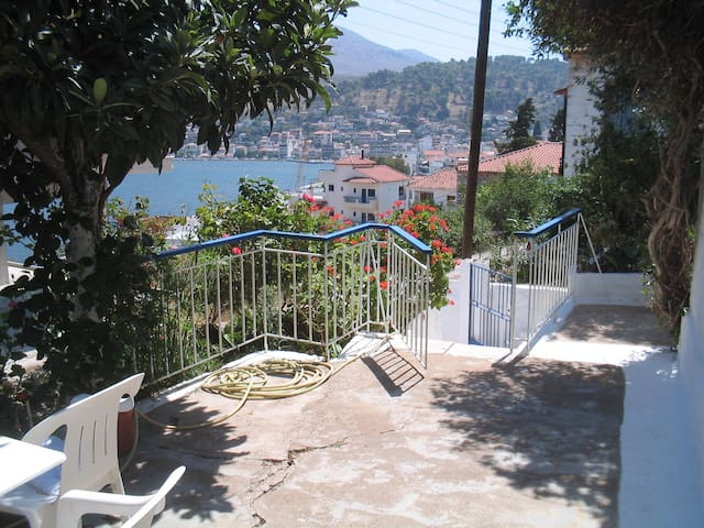 Redecorated old house by the sea - Amfilochia