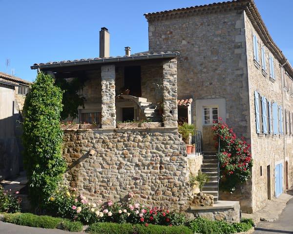 Gite indépendant dans le village - Saint-Julien-de-Peyrolas - 獨棟