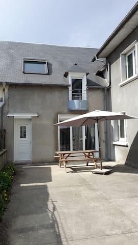 Maison jumelée tout confort cour privée et parking - Juillan - Huis