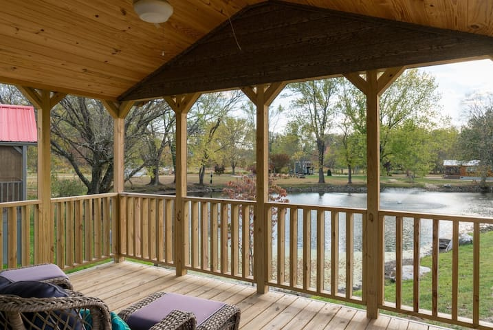 Brigadoon,Tiny Home, Village of Wildflowers Community, just 30 minutes from Asheville, close to Hendersonville and downtown Flat Rock, grocery stores, dining, hiking, theatre, and bet of all a wonderful community, share the pool and firepits, trails. - Hendersonville - Hytte