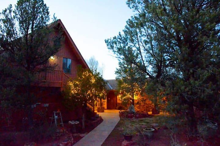 Sedona Sacred Rocks,  Cozy Camper  in forest oasis - Sedona - Camper/RV