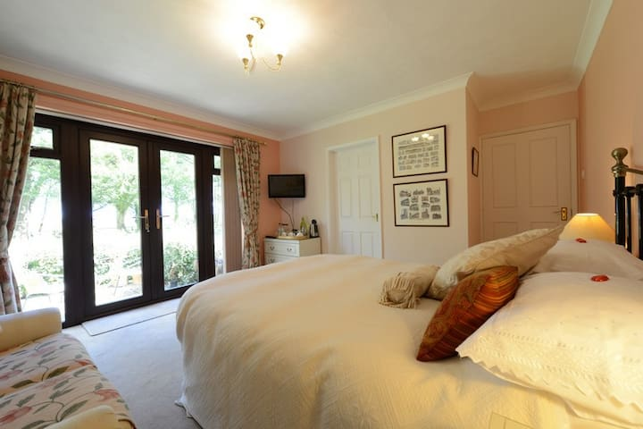 Drinkstone Park B&B - Peach Room - Suffolk - Bed & Breakfast