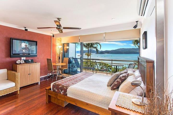 Studio apartment located on the beachfront - Whitsundays