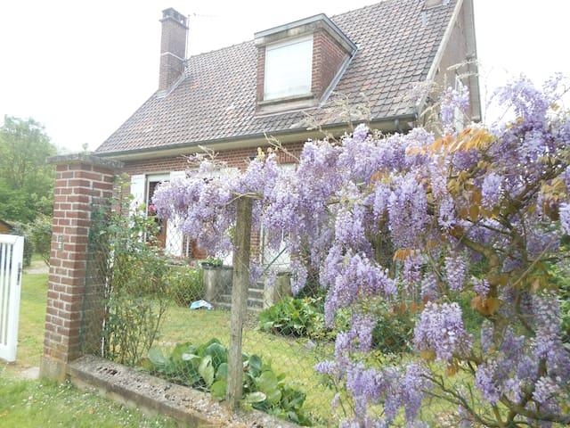 Casa en medio de las flores y al borde del rio - Long - Casa