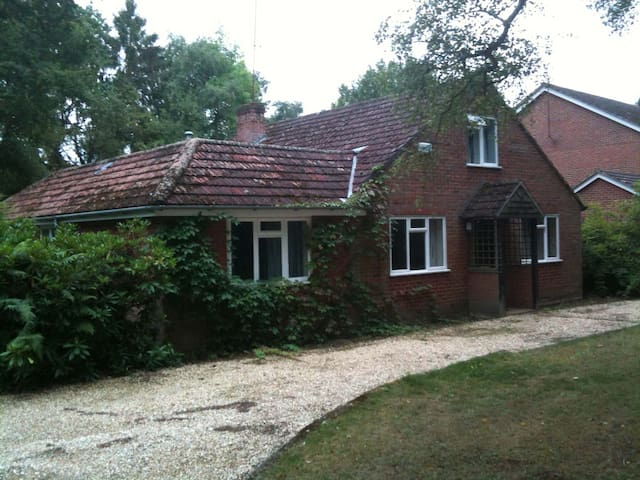Double Room with Queen bed in Nice Country Chalet - Finchampstead - Casa