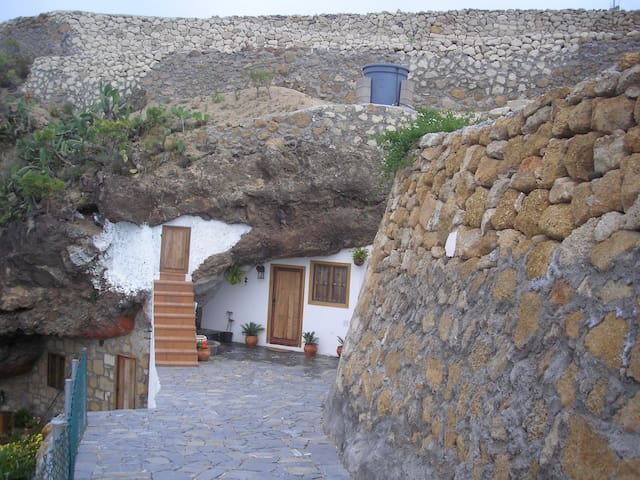 Cave house on private estate, spectacular views. - Fasnia