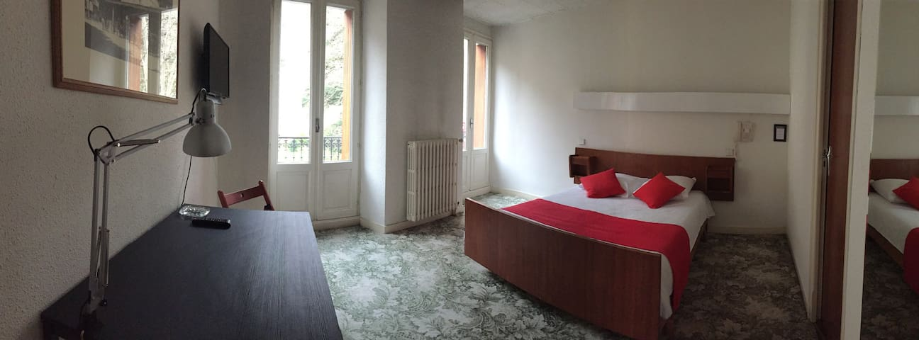 Chambre double avec vue sur les Pyrénées - Bagnères-de-Luchon