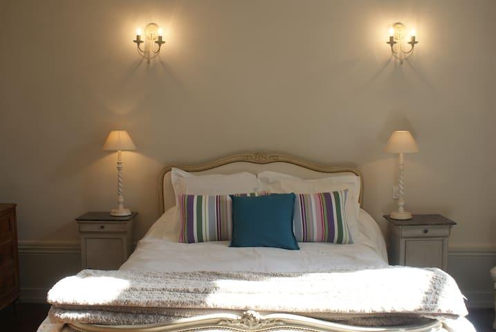 chambre pt dej dans château, Nantes et Puy du fou - Saint-Germain-sur-Moine - Kasteel