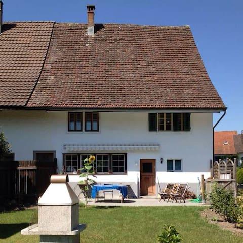 Gemütliches Zimmer zwischen Zürich und Winterthur - Grafstal - Rumah