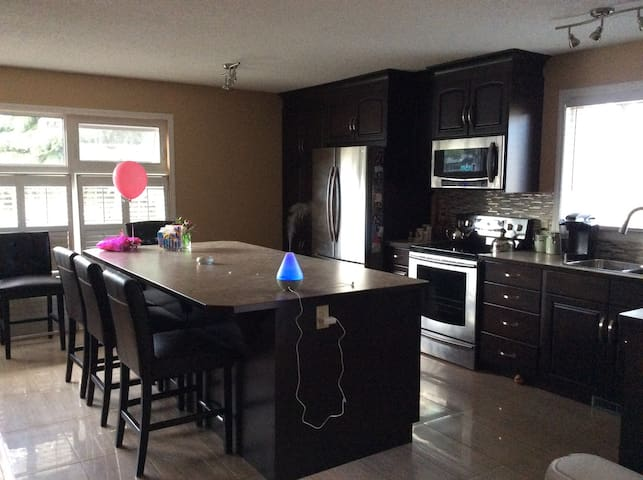 Fabulous private large area in lower level house - Calgary - Hus