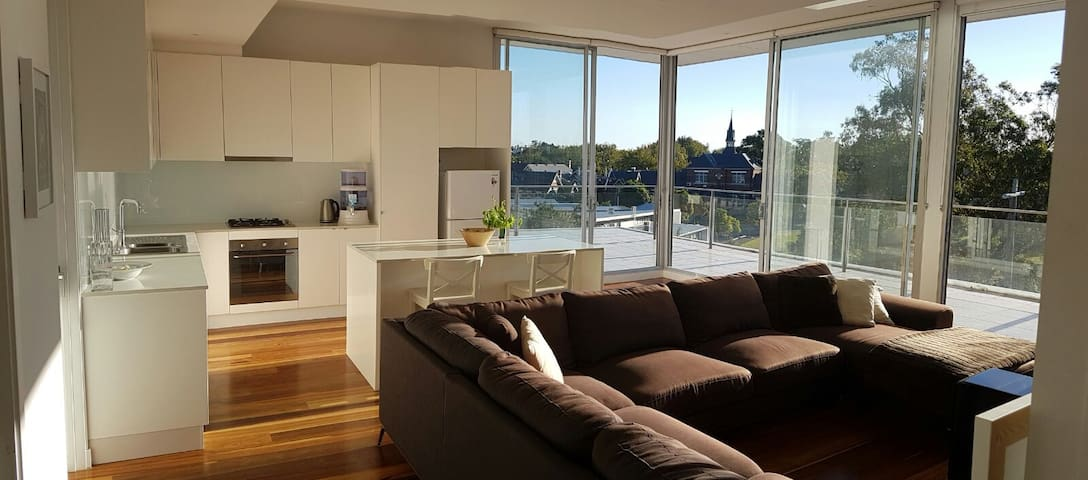 Queen Room in Spacious Penthouse with Balcony - Saint Kilda