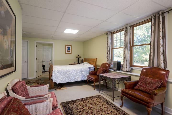 Idyllic Suburb Suite Near Downtown Albany - Glenmont - Casa