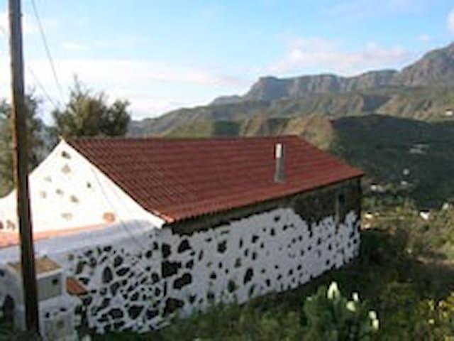 Simple Farmhouse with a unique view - San Bartolomé de Tirajana - Huis