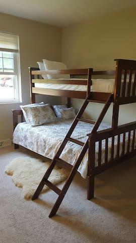 Cozy bunkbed sleeps 3 people! - North Olmsted - Departamento