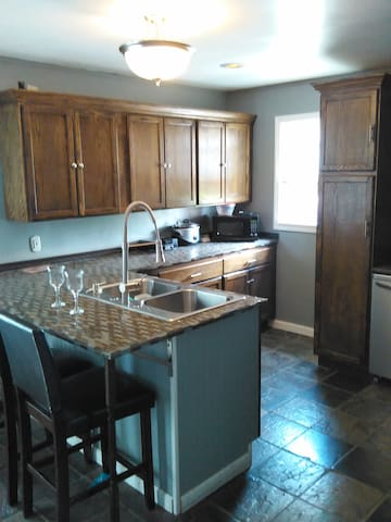 Newly renovated. Perfect for RNC - Maple Heights