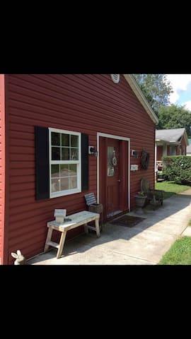 The Cozy Cottage on Main - Madison - Maison