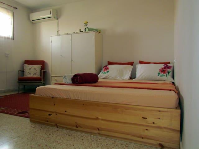 romantic room, ensuite bathroom near TLV airport - Kfar Shmu'el - Hus