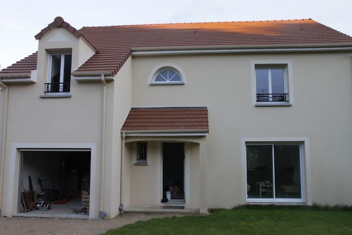 Chambre dans grande maison neuve - Saint-Chéron - Hus