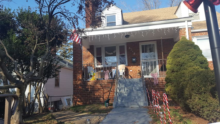 3 Bedroom Apartment in Single Family House - East Riverdale - Hus