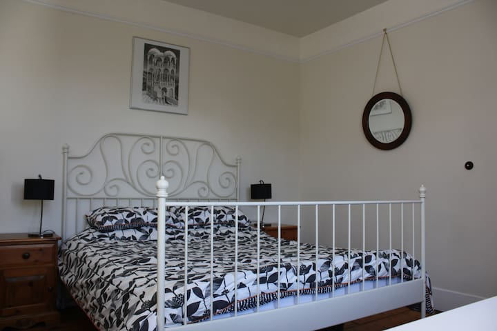 Spacious double bedroom in large family house - Berkhamsted - Hus