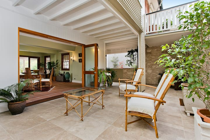 Stylish and Graceful Queenslander - Bardon - Huis
