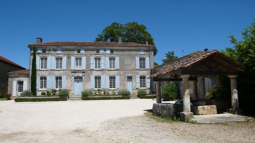 Maison avec cour de ferme et parc proche de Cognac - Les Métairies - Huis