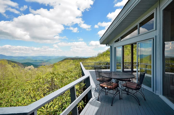 RUSTIC Retreat w/private SPRING FED POOL & hot tub - Maggie Valley - Casa